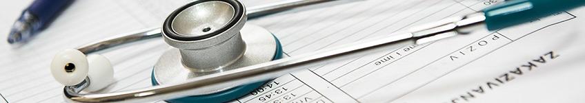 תרגום רפואי של מסמך עם סטטוסקופ