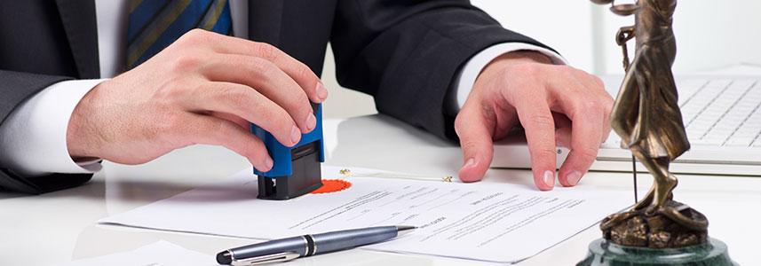עורך דין חותם על מסמך תרגום נוטריוני
